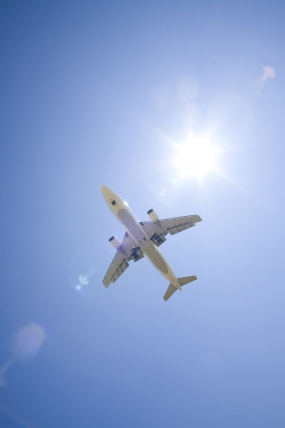 Flugzeug am Himmel © plusphoto/a collectionRF/Thinkstock